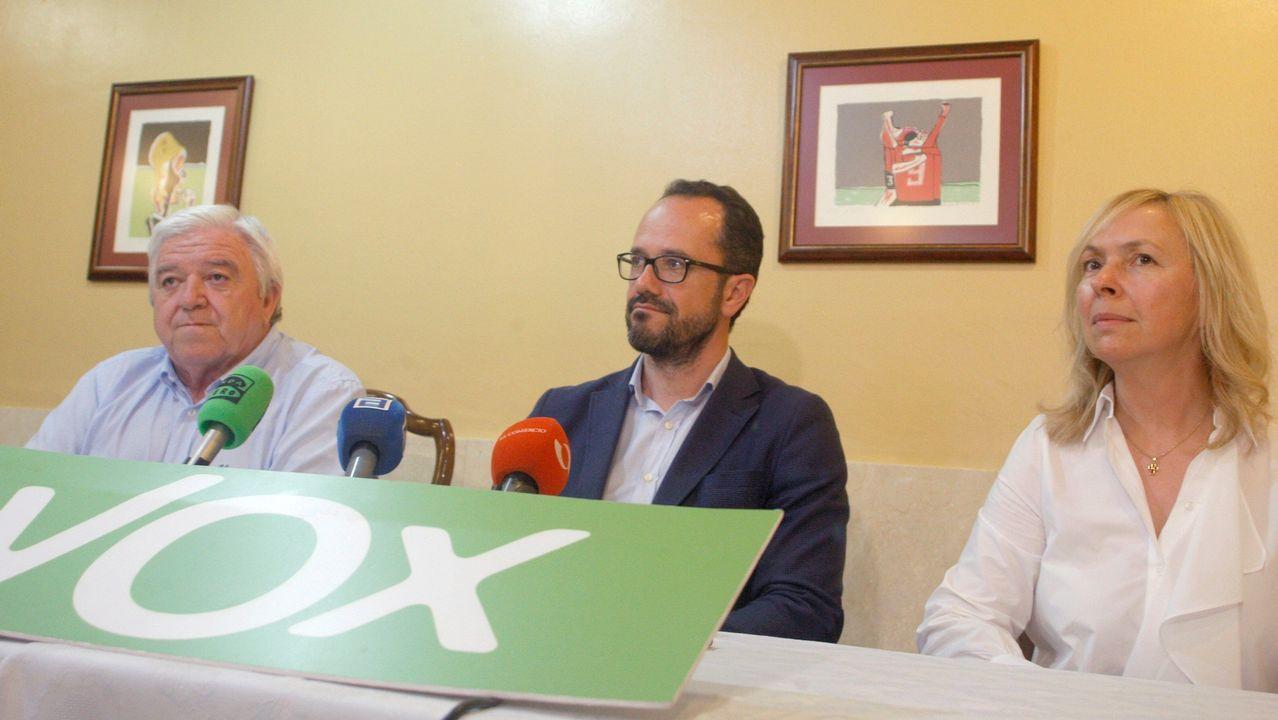El candidato de Vox a la Presidencia de Asturias, Ignacio Blanco (c), acompañado por el presidente de la formación en Asturias, Rodolfo Espina, durante la rueda de prensa que ha dado tras conocer el resultado de las elecciones