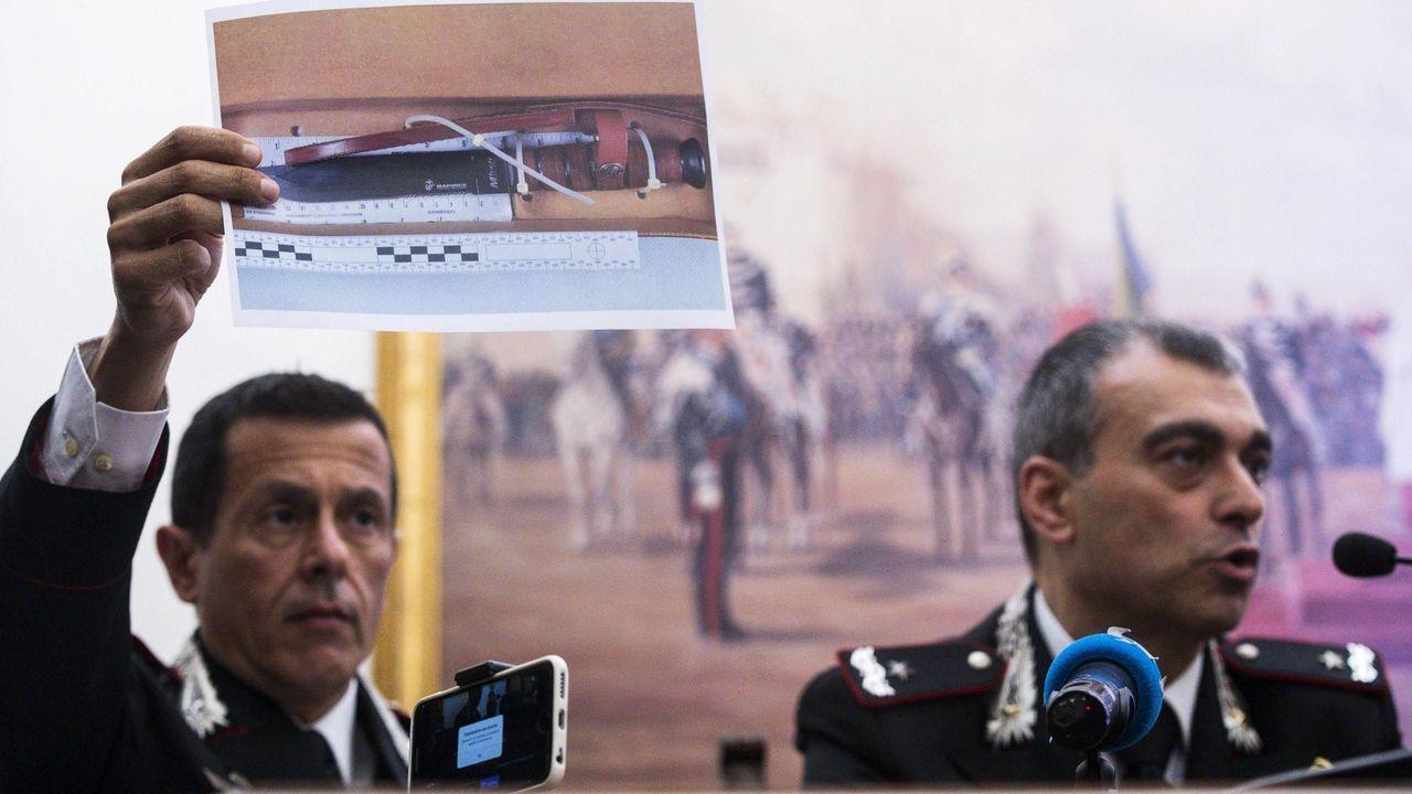 Los responsables de los carabineros muestran el cuchillo usado en el ataque del pasado viernes que se saldó con un agente muerto