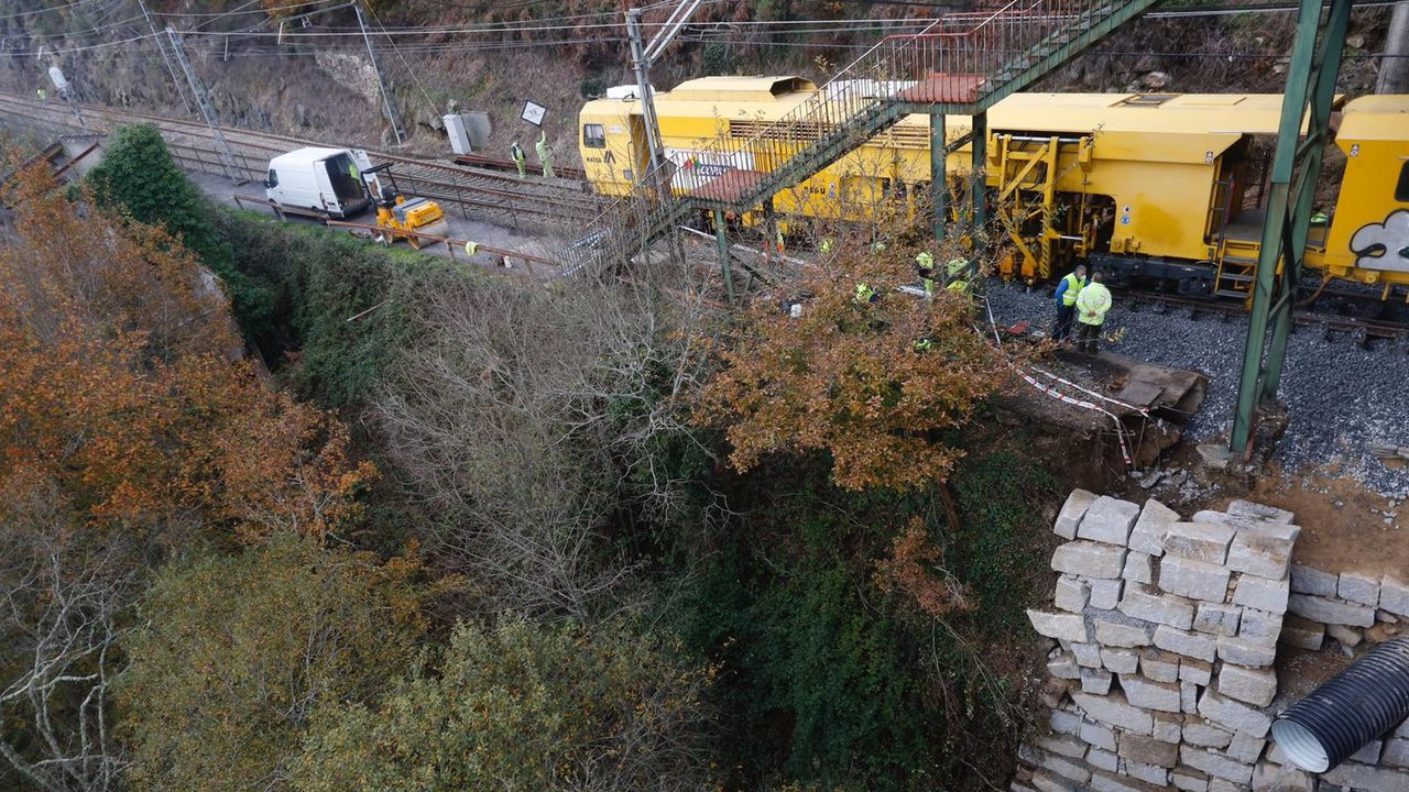 En la imagen, tomada este jueves, se ve el muro realizado esta semana para arreglar la vía
