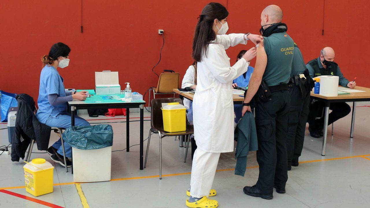 Un agente de la Guardia Civil se vacuna contra el coronavirus en Oviedo