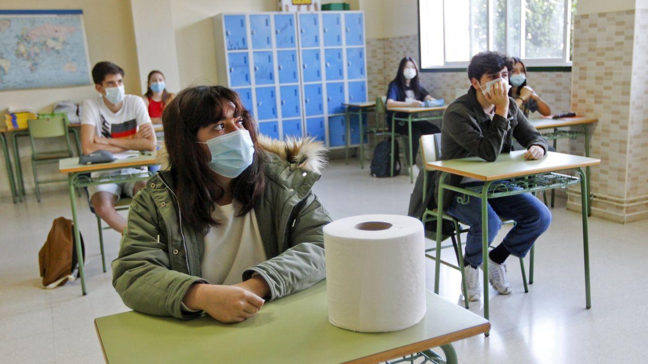 Alumnos con mascarilla en el instituto Armando Cotarelo Valedor de Vilaxoán el pasado mes de mayo