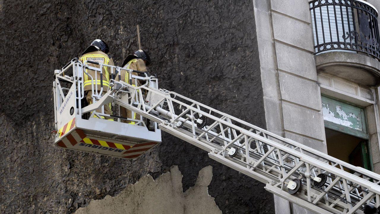 Imagen de archivo de los bomberos de Vigo durante una intervención en una fachada