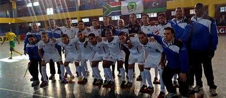 Foto de la selección de fútbol sala de Libia con Pablo Prieto, en el centro.