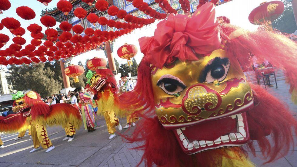 El baile del león en un parque de Pekín.