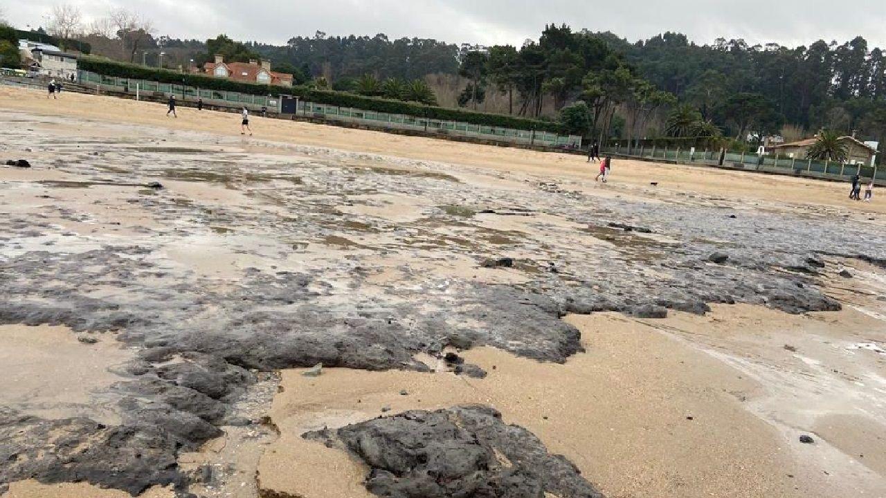 Investigan la aparición de galletas de hidrocarburo en Bastiagueiro
