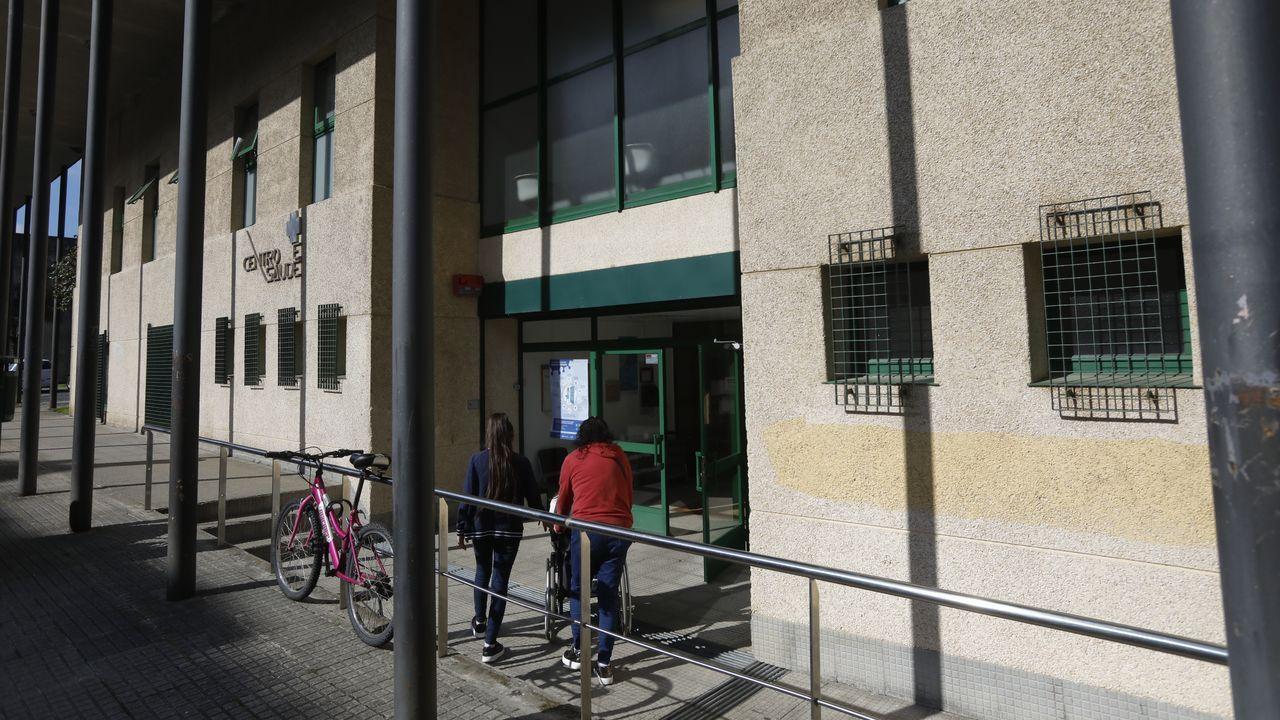 Pacientes accediendo al centro de salud de Vite, en Santiago