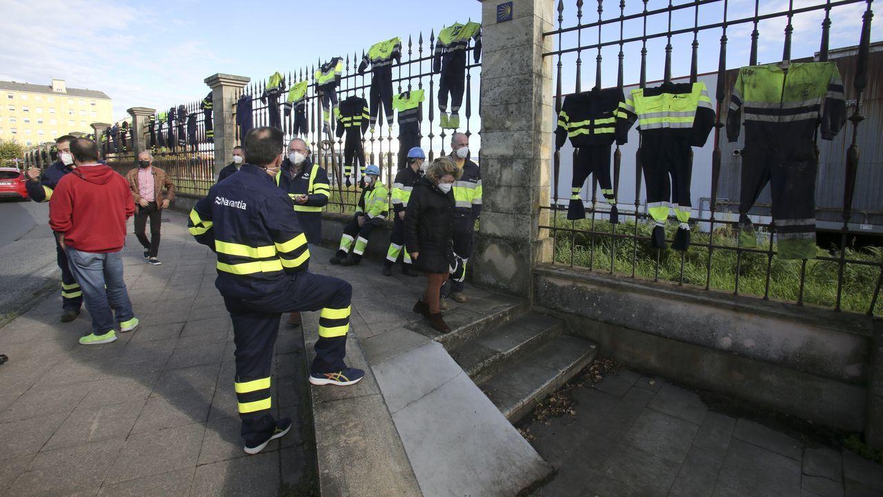 Ambulancia en la entrada del servicio de urgencias del hospital Arquitecto Marcide