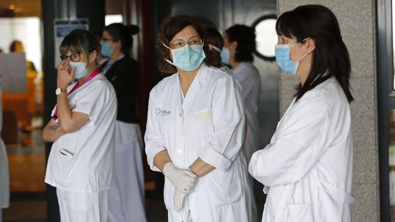 Trabajadores sanitarios, en la entrada del Hospital Montecelo de Pontevedra