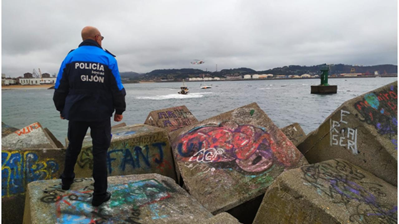 Hospital de Cabueñes, en Gijón.Rescate del tripulante encallado en el Puerto Deportivo
