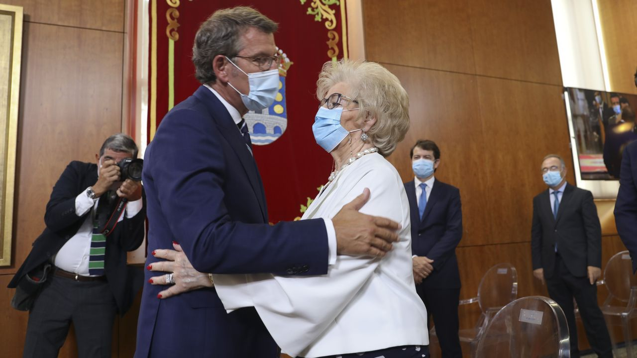 Alberto Núñez Feijoo abraza a su madre Sira Feijoo