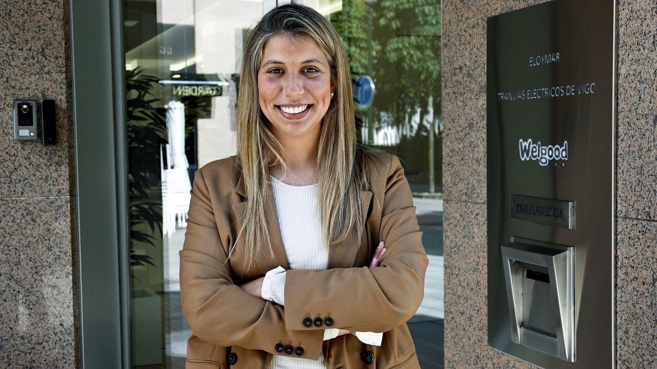 Inés Llano Rial en el exterior de la empresa en la que realiza las prácticas, en Vigo