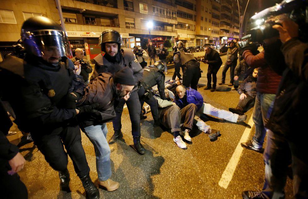 El polémico traslado del Alfageme a la rotonda de Coia.Un grupo de vecinos se encadenó y se sentó en la calzada en la avenida de Castelao intentando evitar el avance del transporte.