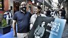 La hija del poeta, Lucila Valente, posando ayer con el director del filme, José Manuel Mouriño, frente al teatro Principal de Ourense, que acogió la proyección del documental.