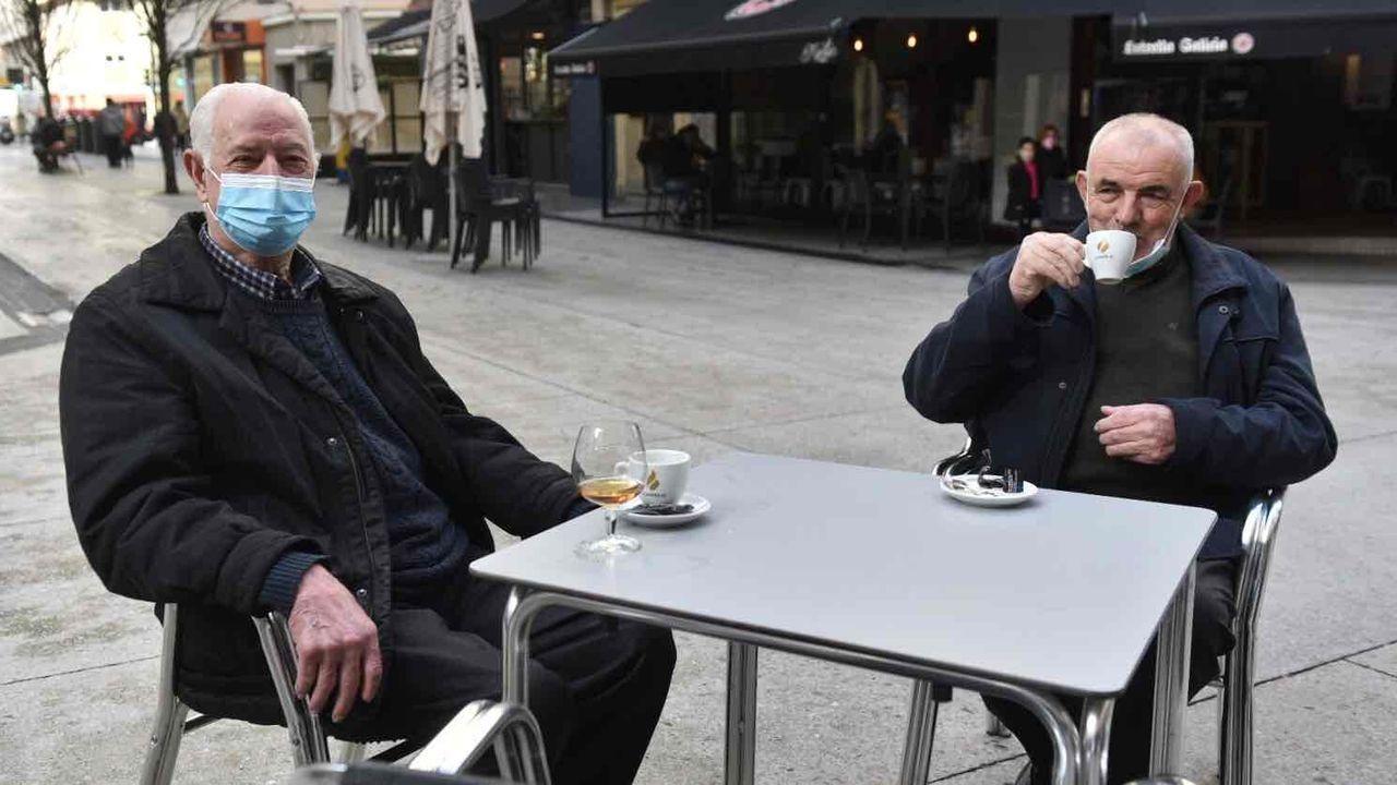 Reapertura de la hostelería en la calle Barcelona de A Coruña. Servando Barros y Santiago Naveiras volvieron a reunirse para tomar un café.