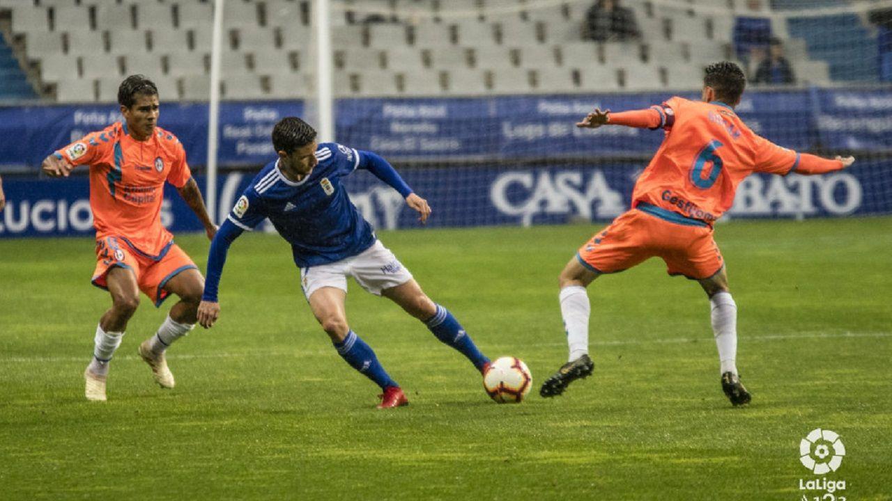 Egea Requexon Real Oviedo.Omar Ramos se lleva el balón ante Valentín y Varela