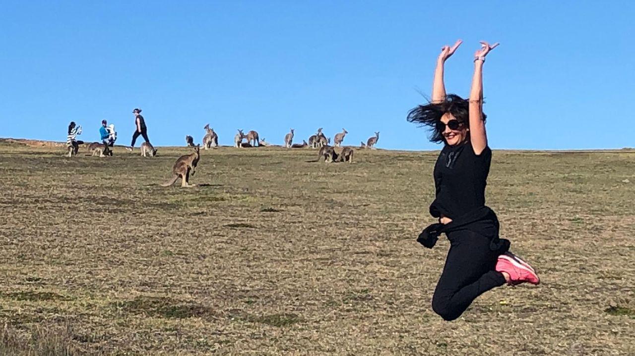Elisa disfrutando con los canguros en Australia