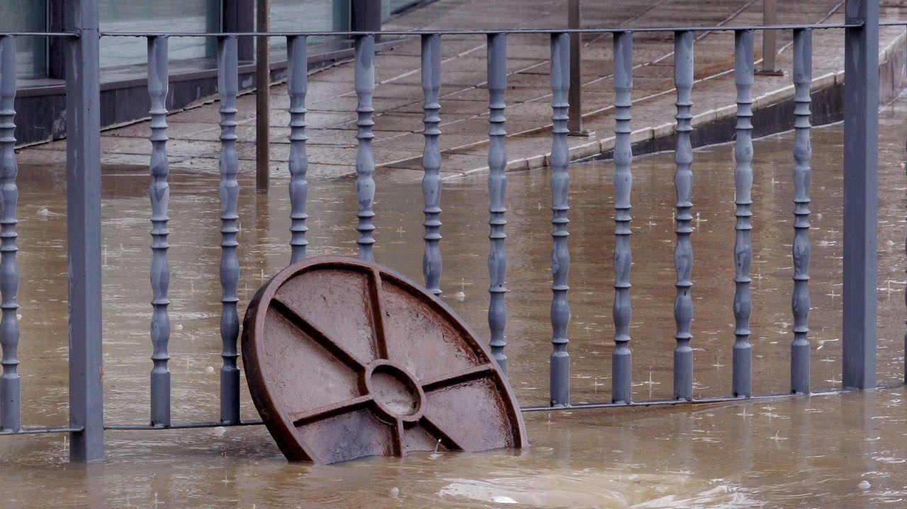 Cae un rayo en una casa de A Cuña.La rotonda de Cerdeño, en Oviedo, durante las inundaciones del verano de 2017.
