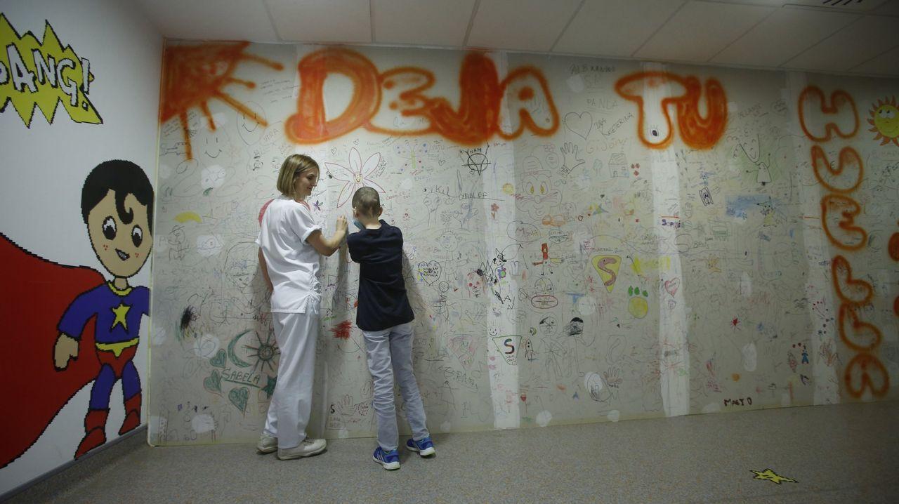 Mural con mensajes de niños del hospital de día de oncología del materno Hospital Teresa Herrera A Coruña
