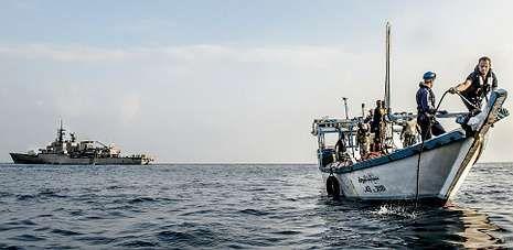 Militares de las fuerzas de la operación Atalanta interceptan una nave nodriza utilizada para atacar otros barcos en Somalia.