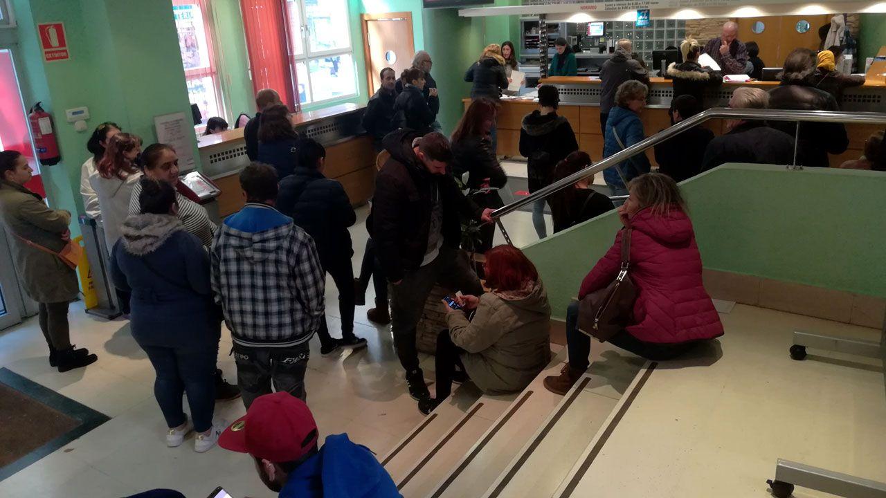 Colas de demandantes de la Renta Social y las ayudas energéticas en el Ateneo de La Calzada