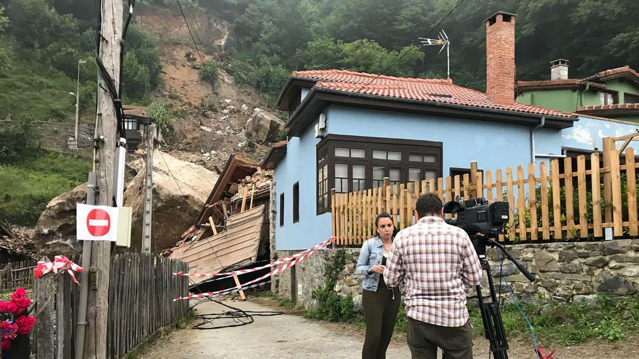 La TPA haciendo un directo delante de una de las casas derrumbadas por el argayo