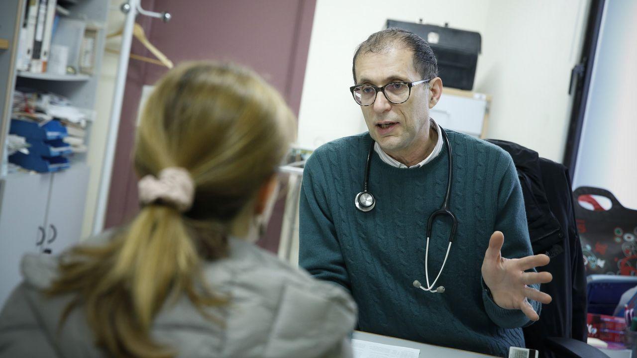 Javier Loira consulta a una de sus 1.780 pacientes que tiene en el cupo