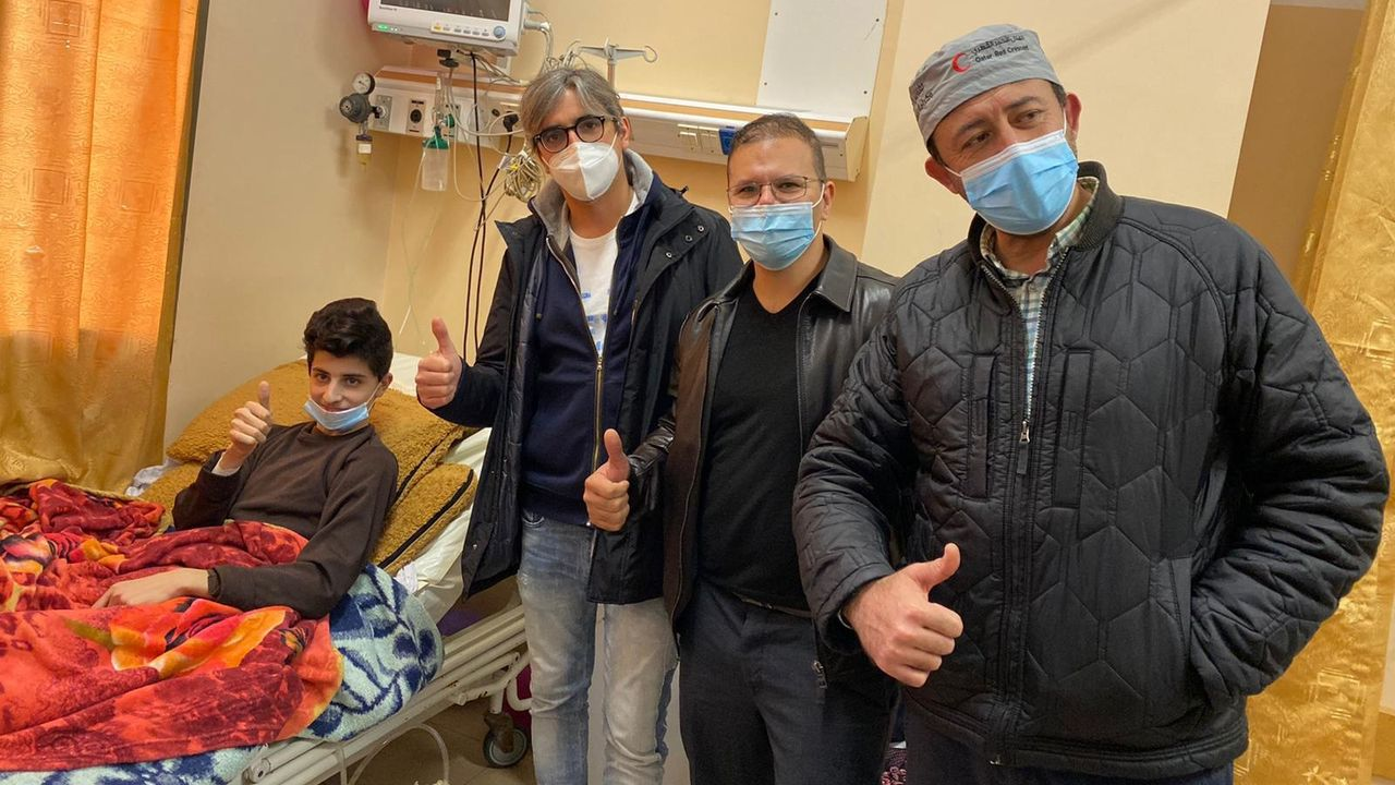 González Rivas con uno de las pacientes. A seis no pudo operarlos porque tenían covid-19