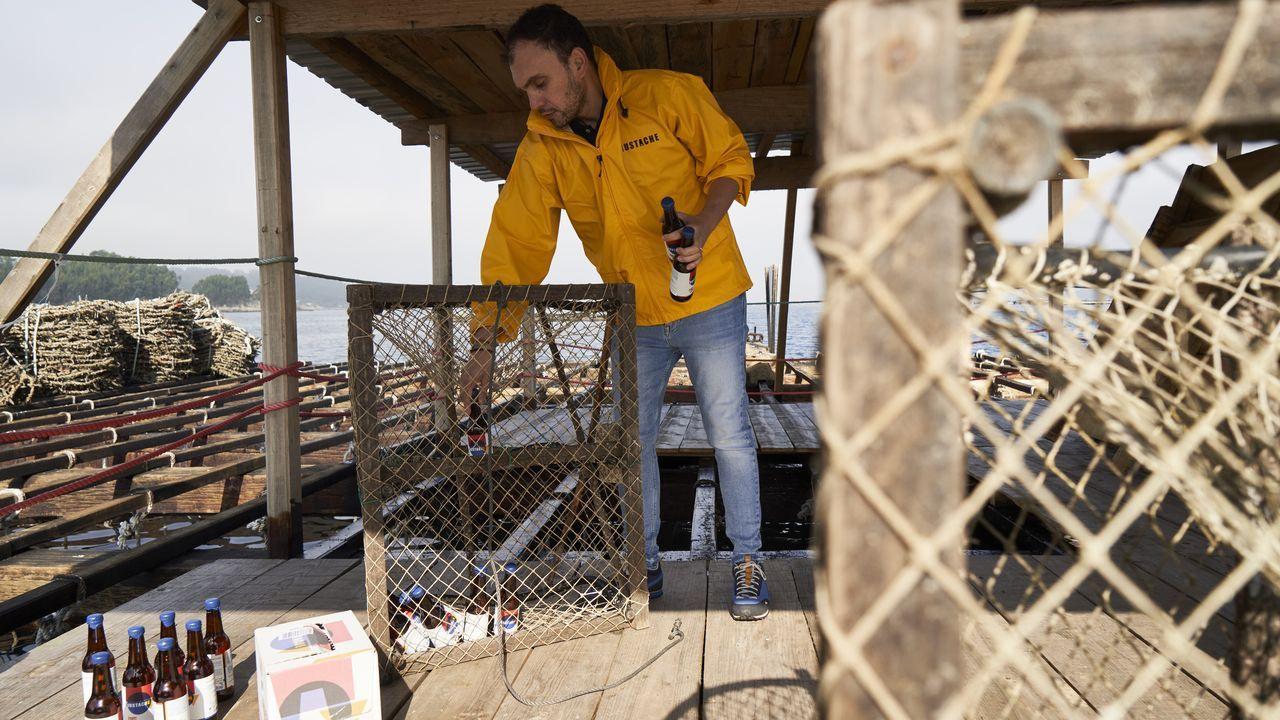 mascarilla.La tercera fermentación de la bebida se realiza a diez metros bajo el mar. Las botellas permanecen amarradas durante dos meses a una infraestructura de cría de mejillón en la ría de Aldán.