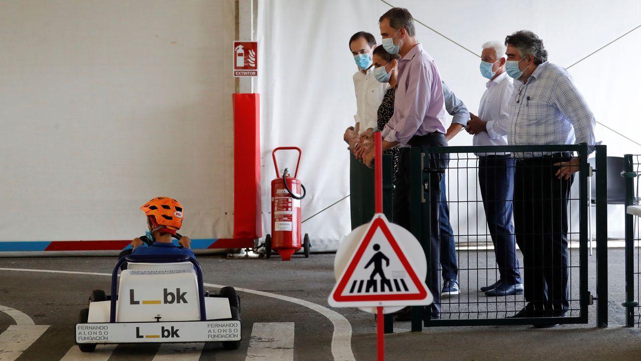 Los reyes Felipe (c) y Letizia (2i), junto al ministro de Cultura y Deporte, José Manuel Rodríguez Uribes (d), durante su visita al Museo y Circuito Fernando Alonso, este jueves en Llanera.