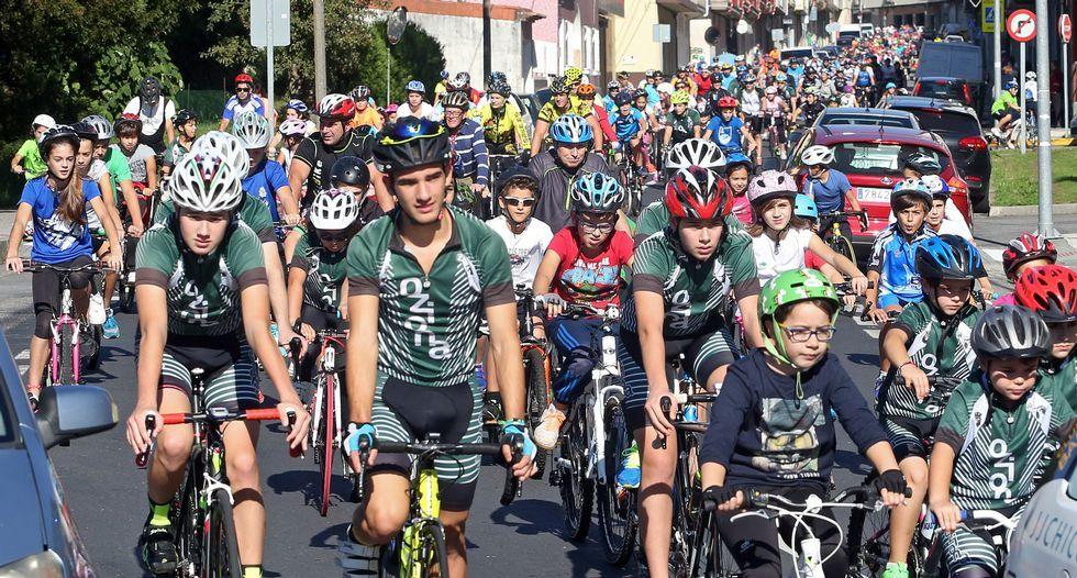 El paso del pelotón obligó a cortar el tráfico momentáneamente en viales estratégicos como la avenida de Barraña, que los ciclistas enfilaron rumbo a Cabo.