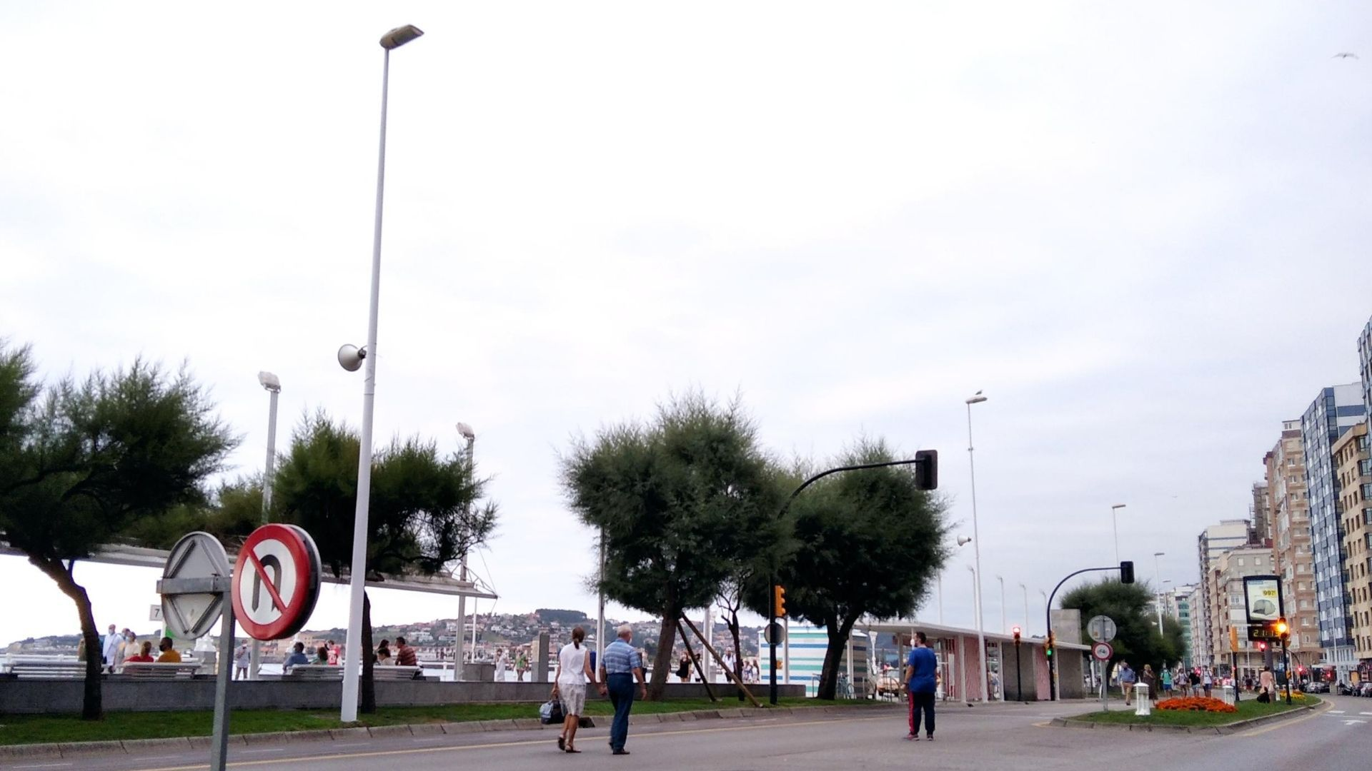 Gijon puerto deportivo muelle.Muro de San Lorenzo, en la nueva zona peatonal