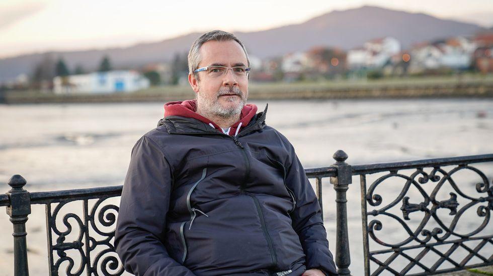 Una sanitaria recibe la primera dosis de la vacuna contra el coronavirus en Asturias