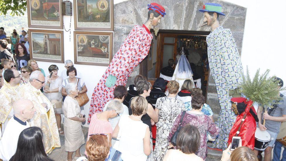 El Meco, con su característico traje rojo, y las Pampórnigas al regreso a la iglesia de una procesión