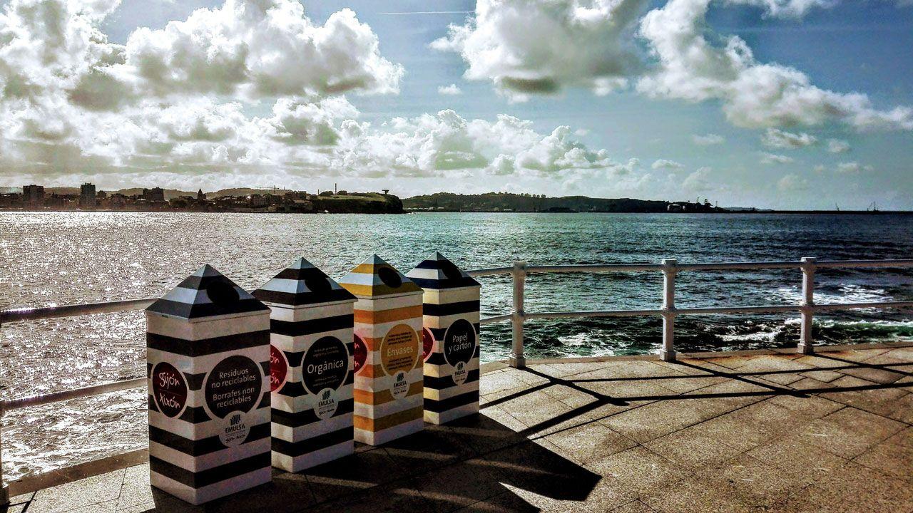 Contaminación en Gijón.Papeleras para recogida selectiva de residuos junto a la bahía de San Lorenzo