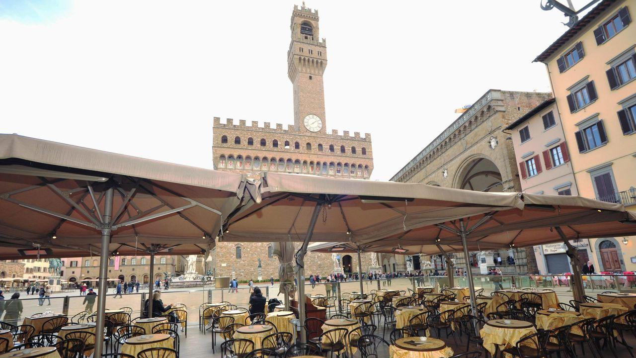 Terrazas frente al Palazzo Vecchio de Florencia.