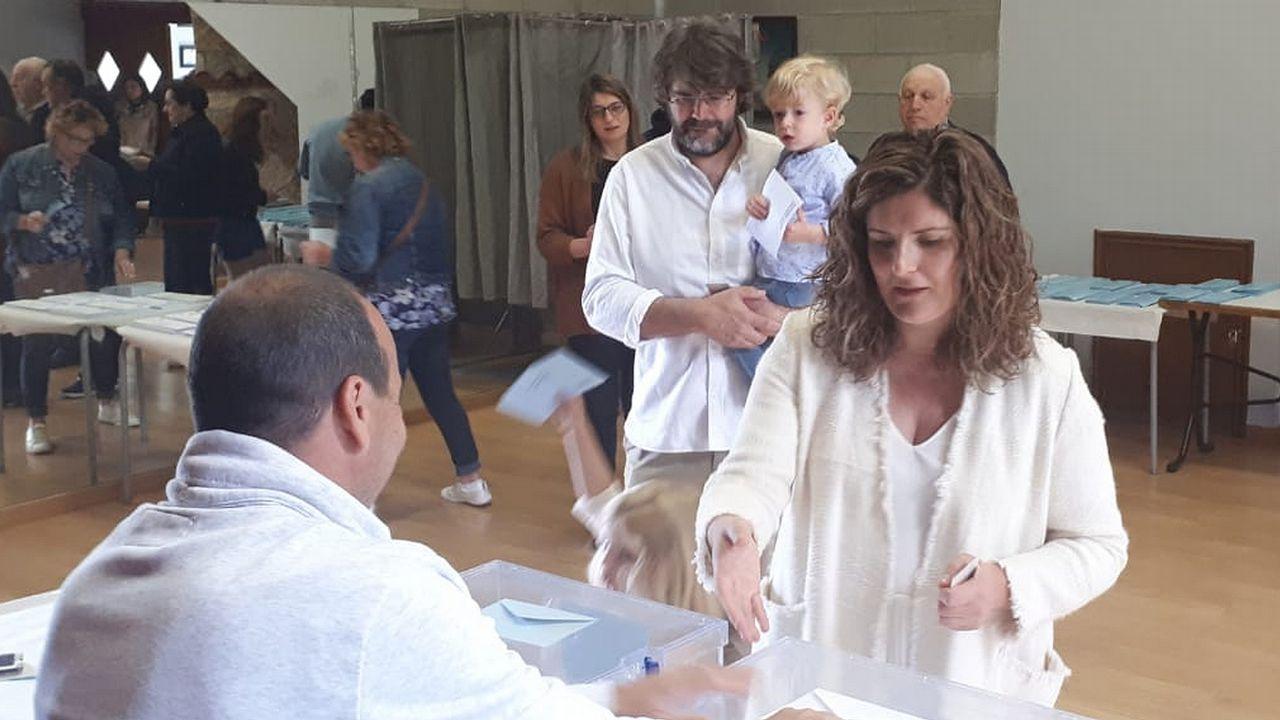 La candidata de Terra Galega a la alcaldía de Narón, Marián Ferreiro, voto en el local social de San Xiao