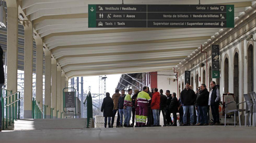 Aglomeración tren en Asturias.Ferroviarios en el andén principal de la estación de Monforte