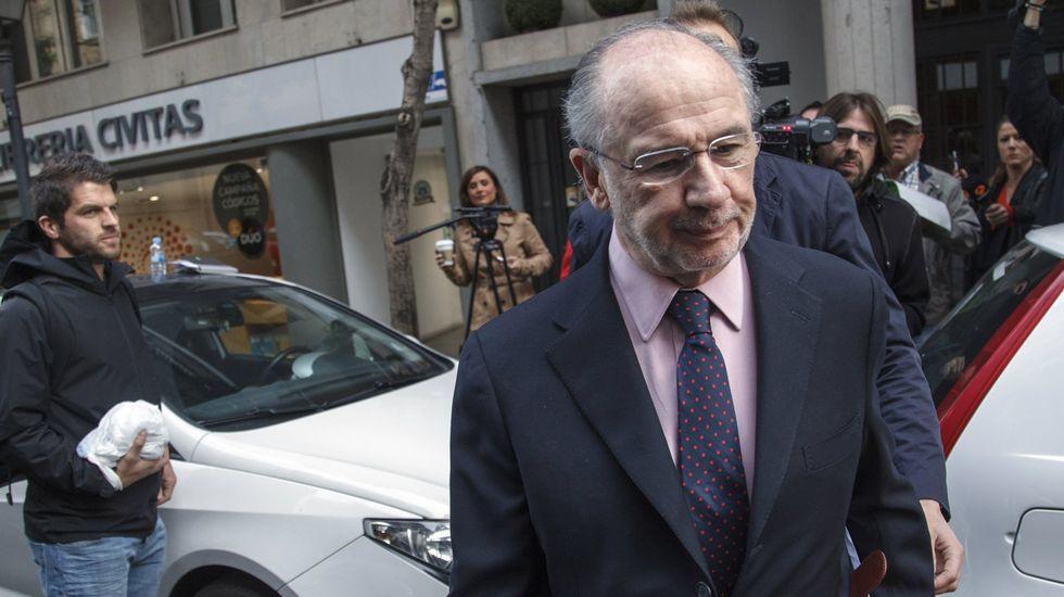 El fiscal del caso de las tarjetas black: «Los españoles sí tienen vela en este entierro».Rodrigo Rato entra en un coche de policía tras abandonar su domicilio