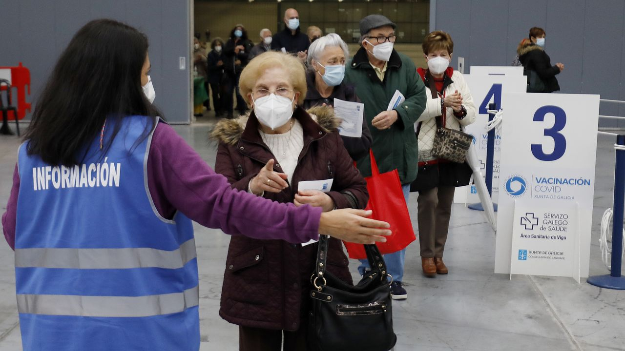 En directo: Comparece la ministra de Sanidad.Un paciente lee el folleto informativo de la vacuna de AstraZeneca en el Ifevi de Vigo