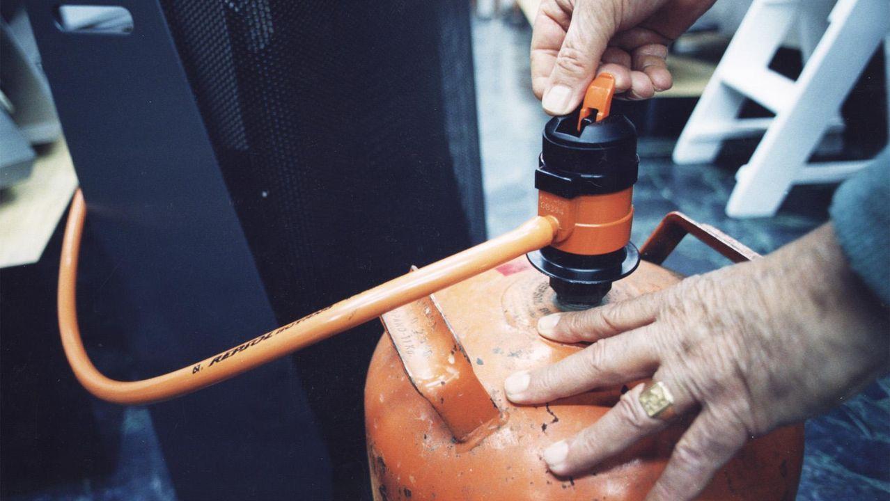 Una bombona, con el regulador y la goma, en una foto de archivo