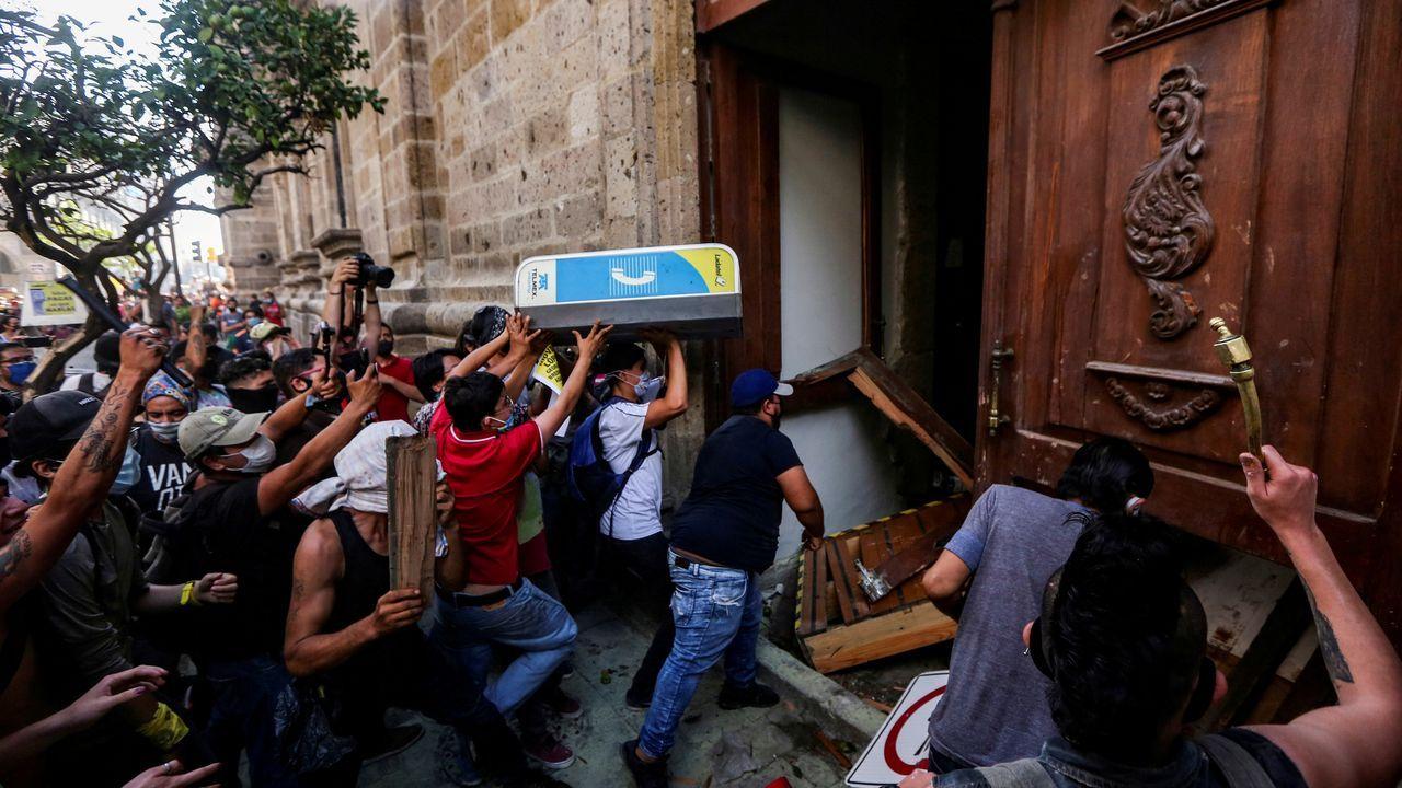En Guadalajara, México, un grupo de manifestantes tiró abajo la puerta de la sede del gobierno del estado para exigir justicia para un trabajador que falleció luego de ser arrestado por no llevar mascarilla
