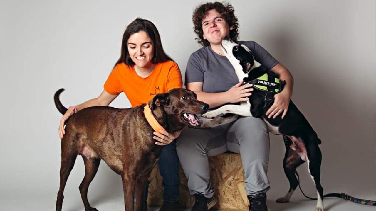 Rebeca Otero y Alba Palacios, de Benecane.Rebeca Otero, con su perro Atila, y Alba Palacios, con Sisó.