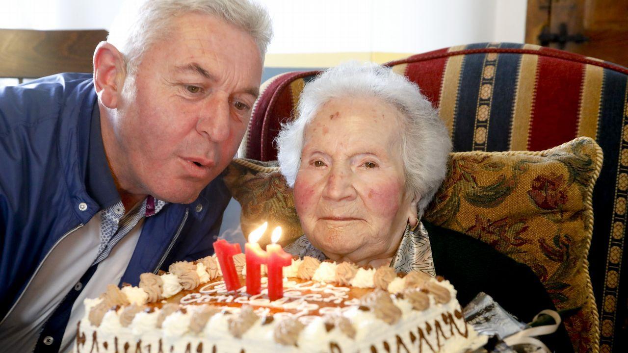 Con 111 años, a la peluquería y de cafés