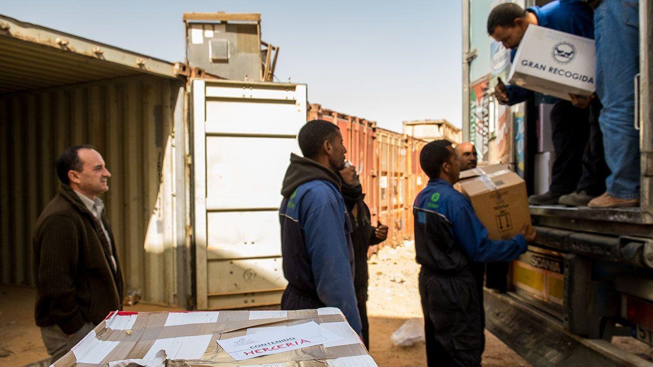Descarga de abastecimientos en uno de los campamentos, supervisada por el presidente de la asociación, Luis Alberto Suárez