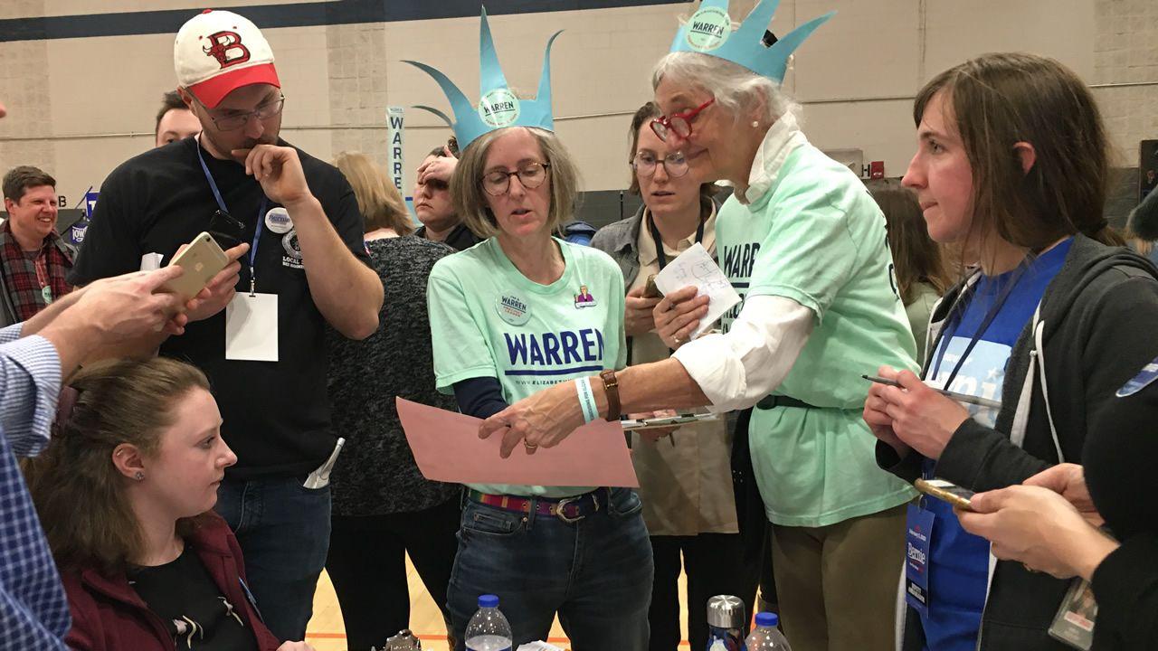 Seguidoras de Elizabeth Warren revisan los resultados de un caucus en Des Moines