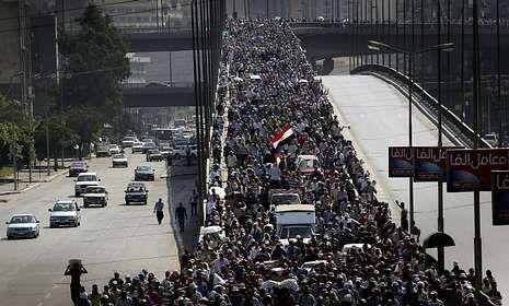 Los islamistas ocupan el puente 6 de octubre en El Cairo para exigir el retorno de Mursi.