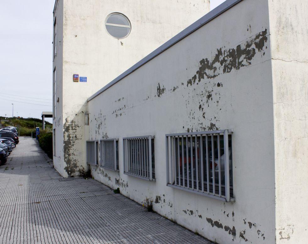 Al pabellón de Ciencias da Educación se le cae la pintura de las paredes.