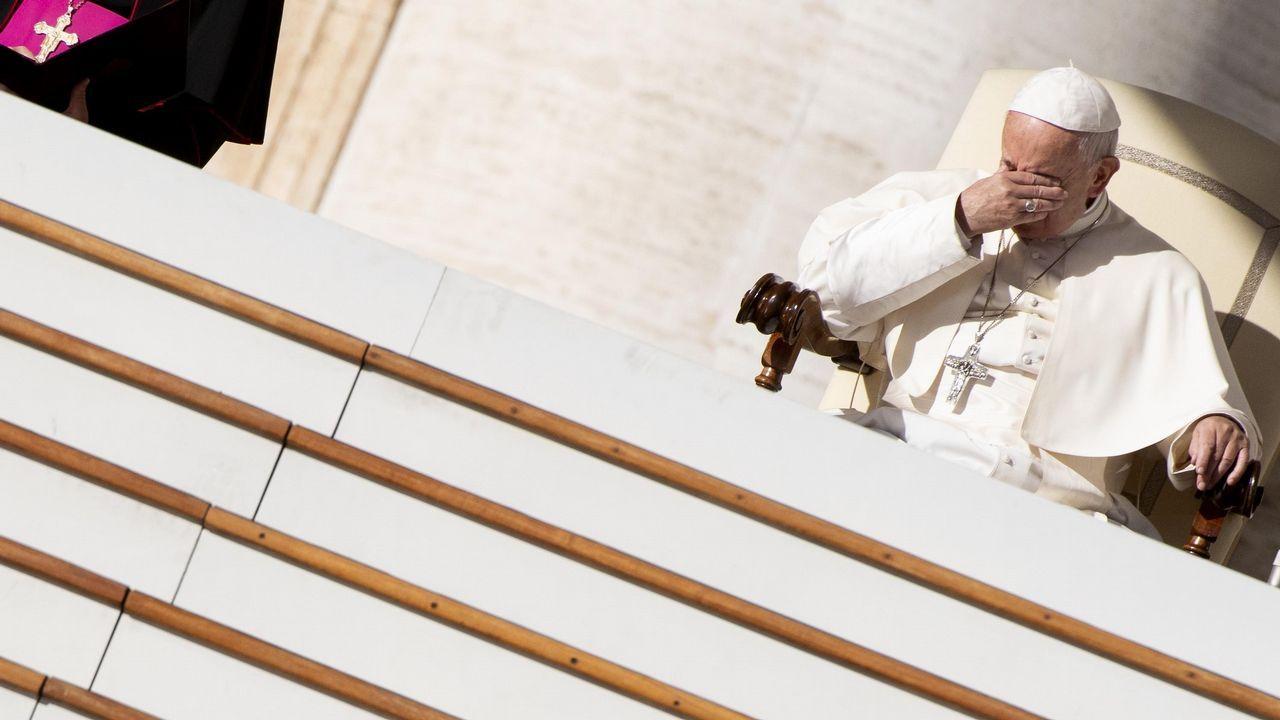 El papa Francisco preside su tradicional audiencia semanal en la Plaza de San Pedro en el Vaticano