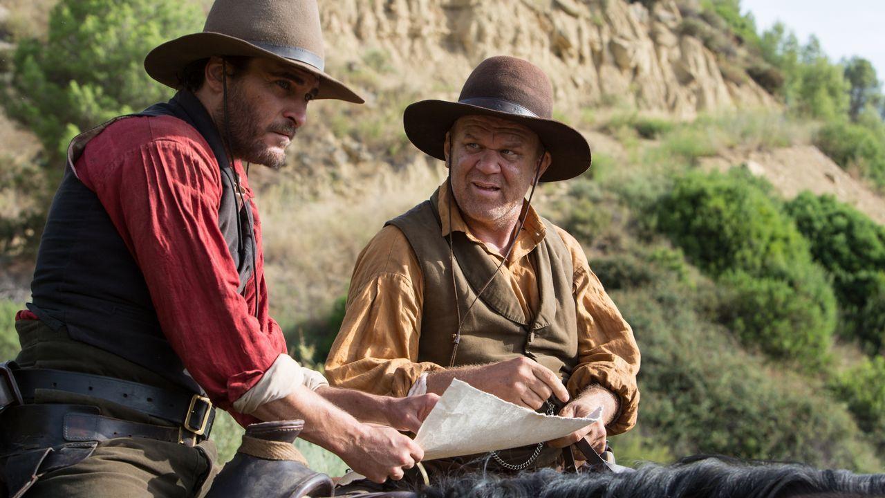Joaquin Phoenix (izquierda) y John C. Reilly interpretan a los hermanos Sisters