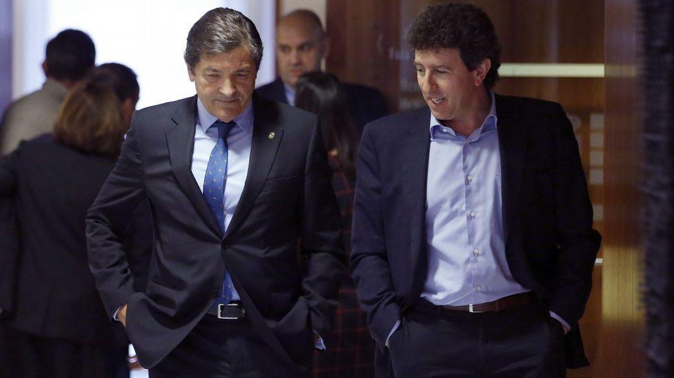Javier Fernández interviene en el pleno de la Junta General.Javier Fernández y Jesús Gutiérrez